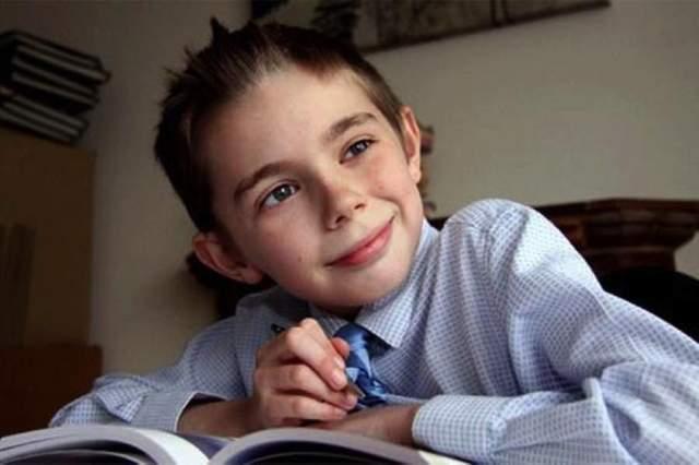 Камерон Томпсон Уникальный ребенок Камерон Томпсон из Северного Уэльса проявил невероятные способности в математике. Это один из умнейших математических гениев в мире. В возрасте 4 лет он сделал замечание своему учителю, когда тот сказал ему, что нуль является наименьшим числом. Мальчик обратился к учителю с замечанием, что тот забыл об отрицательных числах! В 11 лет Камерон уже получил математическую степень в открытом университете Великобритании.