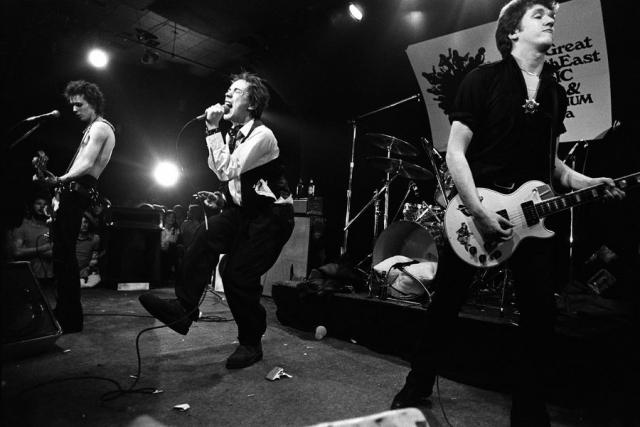 """В январе 1978 года английские панки из Sex Pistols отправились в турне по США, но выступления стали просто чередой скандалов. Так, на концерте в штате Техас басист группы Сид Вишес громогласно объявил со сцены: """" Все ковбои – геи """"."""