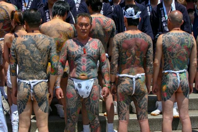 """Стабильность и долговечность кланам якудза обеспечивают как специфические связи между боссом и его подчиненными, так и сохранение горизонтальных (""""братских"""") отношений между рядовыми членами группировки."""