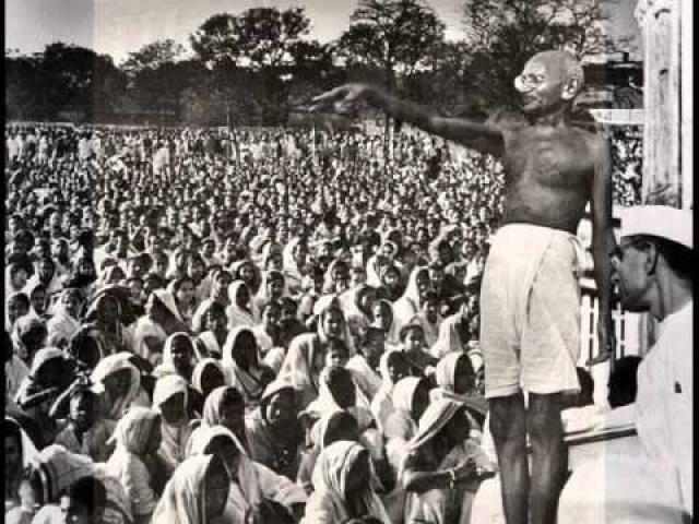 """Махатма Ганди. Вечером 30 января 1948 года, когда духовный лидер Индии вышел на лужайку перед домом. Приверженцы его учения, увидев """"отца нации"""", бросились к своему кумиру, пытаясь, по древнему обычаю, дотронуться до ног Махатмы."""
