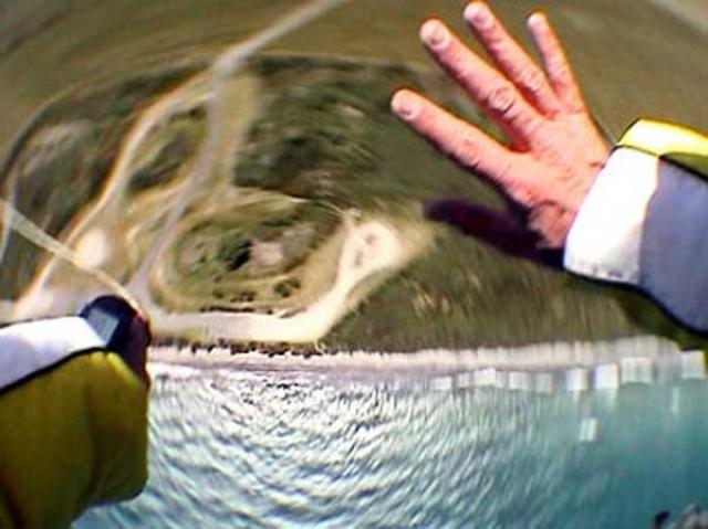 Его парашют не раскрылся, и он упал в кусты на скорости 160 км в час. Майкл выжил, отделавшись проколотым легким и сломанной лодыжкой. При этом падение было снято на экшн-камеру от первого лица.