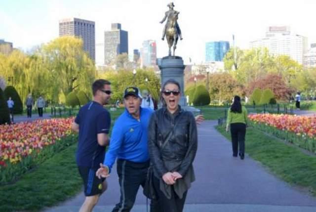 Любитель не только здорового образа жизни, но и неожиданной фотобомбы Кевин Спейси во время пробежки в бостонском парке влез в фото туристки на фоне памятника.