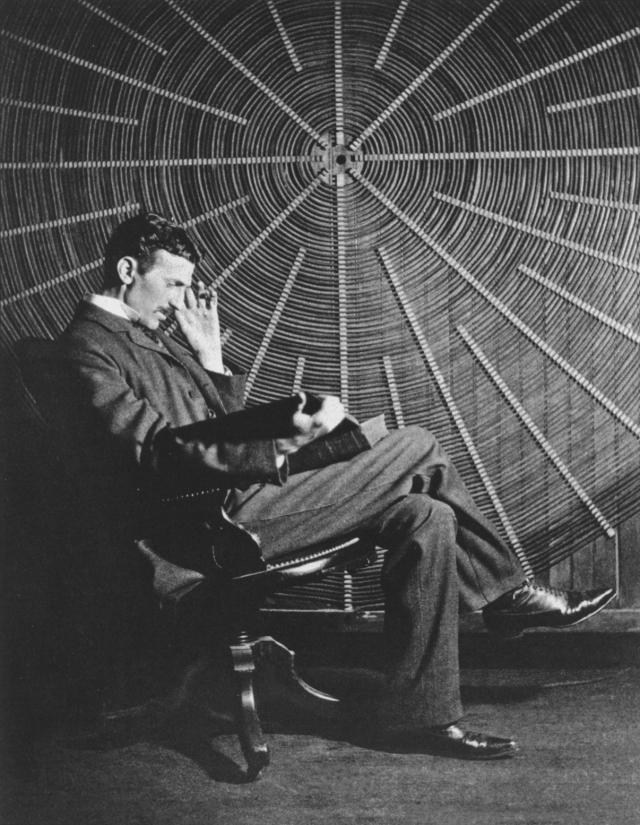 """Тесла работал в своей лаборатории 9 месяцев и сделал вывод, что энергию лучше всего передавать путем """"ее отражения от земли и ионосферы"""", и даже вычислил необходимую для этого частоту - 8 герц. Данная теория была экспериментально подтверждена лишь в 1950 году."""