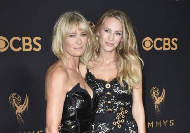 Порой на фото Райт даже выглядит моложе дочери, но чаще всего их легко можно принять за сестер.