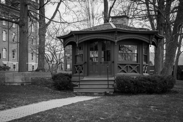 Хижина Марка Твена. Писатель почти каждое лето проводил у своей сестры, проживавшей в городке Эльмира, штат Нью-Йорк. Нуждаясь в покое, вдохновении и наконец в месте для работы, Твен построил себе небольшую хижину на красивом месте у реки.