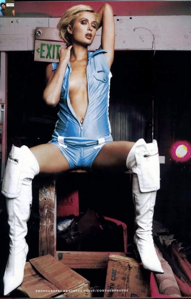 Секс-скандал. 2005 год.Шумиху наделали снимки очередного любовника Пэрис Тома Сайзмора. Он выложил в Сеть фотографии, где занимается любовью с Хилтон.