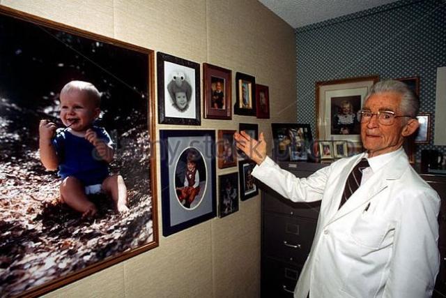 """Роберт Кларк Грэм , оптик, который сделал своё состояние, изобретя небьющееся линзы для очков. После этого Грэм решил возложить на себя миссию по созданию расы господ. В 1980 году он открыл """"Банк Выбора Жерминаль"""", который должен был стать банком спермы, принимающим """"вклады"""" только от лауреатов Нобелевской премии."""