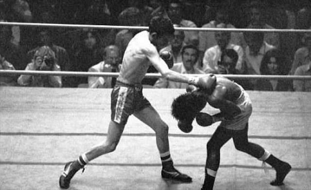 Джонни Оуэн - Великобритания, скончался 4 ноября 1980 года в возрасте 24 лет Этого мужественного бойца из Уэльса публика просто боготворила. Джонни Оуэн стал первым в истории валлийцев, завоевавшим титул стран Британского Сотружества, а также ему удалось завладеть поясом чемпиона Европы. 19 сентября 1980 года на арене Olympic Audotorium в Лос-Анжелесе Джонни получил шанс сразиться за мировой титул WBC в легчайшем весе.