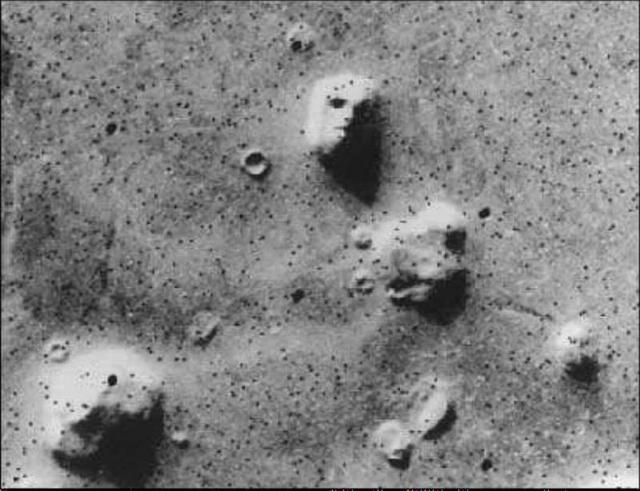 """""""Марсианское лицо"""" на фото, сделанном космическим аппаратом """"Викинг""""."""