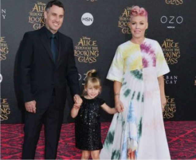 Не так давно певица Пинк участвовала в ежегодном благотворительном мероприятии Odyssey Ball вместе со своим супругом, гонщиком Кэрри Хартом.