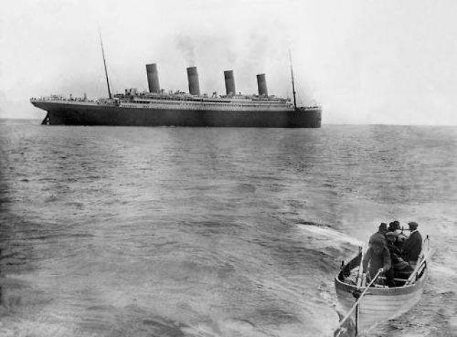 """Последний известный снимок """"Титаника"""" , затонувшего в 1912 году после столкновения с айсбергом."""