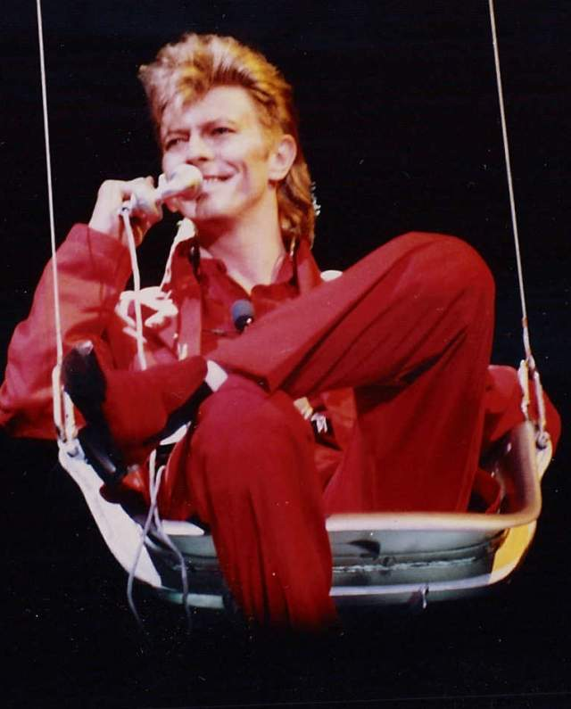 В 1987 году вышел альбом Боуи Never Let Me Down, где легкий звук сменился на хард-рок, положенный на индастриал/техно, что снова повлекло смену внешности.