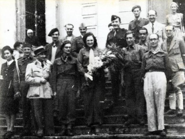 С мужем она помогла переправиться из страны еврейским беженцам и военнослужащим союзников. Боясь быть пойманной, Нэнси сама уехала из страны, оказавшись в 1943 году в Лондоне.