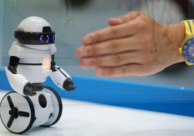 5. Hello! MiP Robot. Маленький робот-помощник, который уже поступил в массовую продажу, умеет крутиться и приносить вещи хозяину. Управлять роботом можно с помощью смартфона или с помощью незамысловатых движений руками.