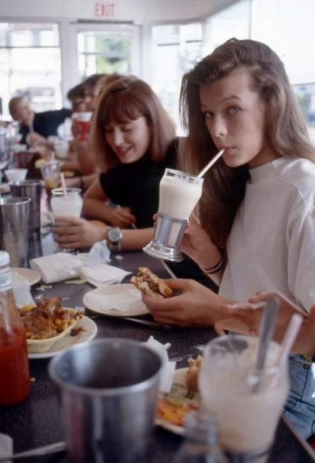 Милла Йовович карьеру начинала еще в подростковом возрасте в качестве модели. На снимке девушку запечатлели в минуту перекуса.
