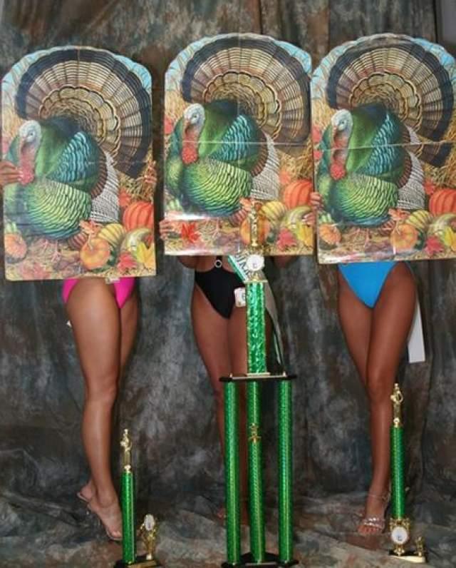 Мисс ножки индейки В этом конкурсе красоты, проводимом в США, штат Арканзас каждый год, участница выступают со своеобразными масками. На масках изображена индейка.