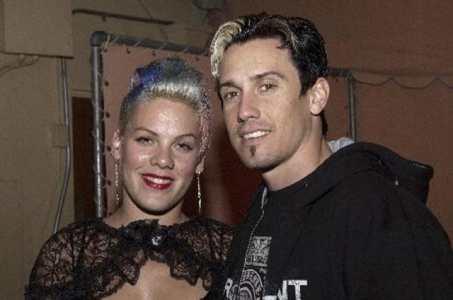 """В 2005 году Pink сделала предложение Кэри Харту во время мотокроссных гонок в Маммот-Лейкс, Калифорния, держа табличку с надписью """"Ты женишься на мне?"""". На другой стороне было написано """"Я не шучу!""""."""