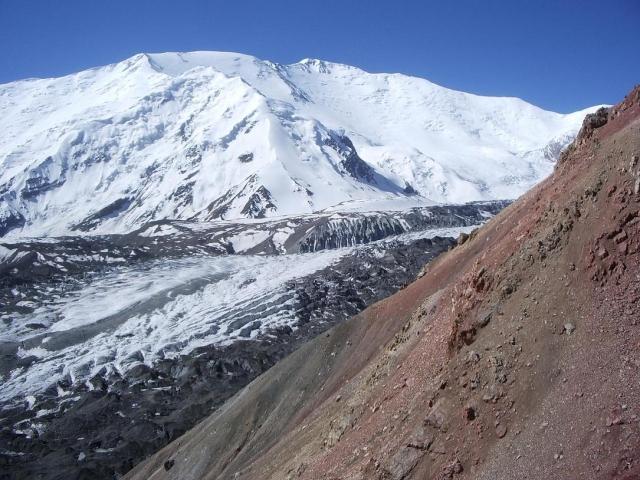 Колебания земной коры достигли города Ош на юге Киргизии. В городских квартирах закачались люстры, в шкафах - посуда. А через мгновение не устояли и горы в районе Алайской долины на Памире.