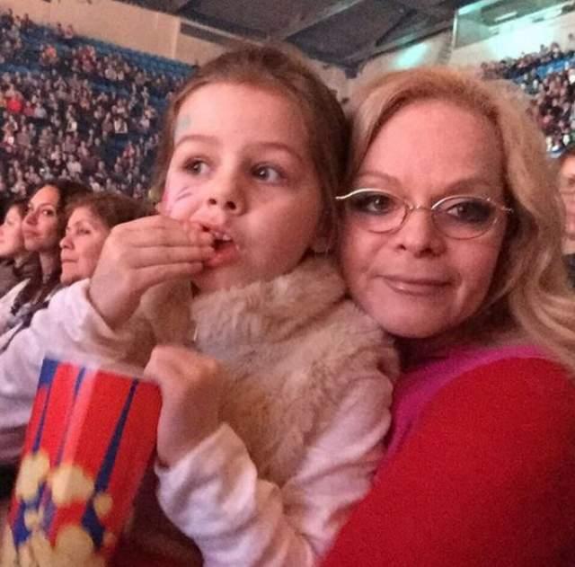Внучка Ларисы Долиной Александра появилась на свет в 2011 году. С ранних лет актриса принялась приучать девочку к сцене, тем более выступать ей очень нравится.