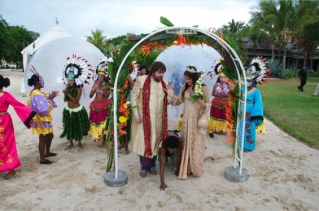 Эвелина Бледанс и Александр Семин. 42-летняя актриса и телеведущая и 33-летний продюсер поженились в декабре 2011 года на острове Маврикий в экзотическом стиле.