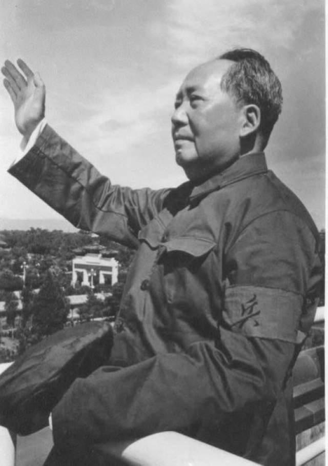 Мао Цзэдун Революционер, ответственный за многие деяния, применяя чрезвычайную жестокость и массовое кровопролитие, он шествовал буквально по головам.