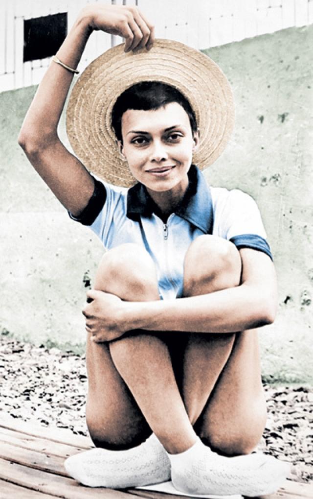 После развала СССР работала секретарем-референтом, затем ей пришлось стать уборщицей, затем снова секретарем, потом воспитателем.