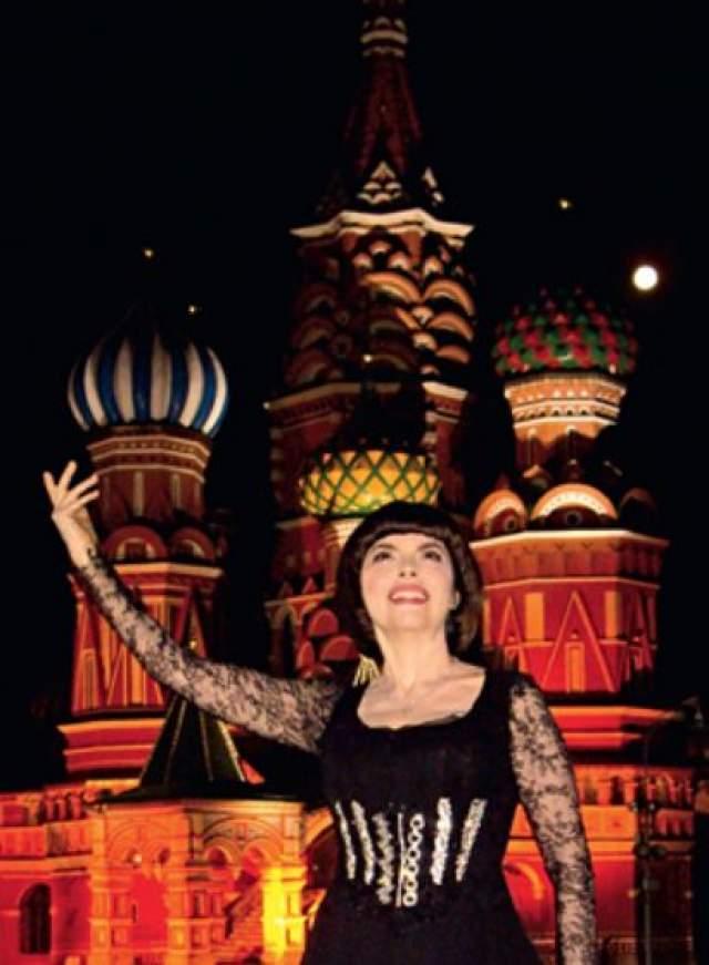 """""""Каждый раз, когда я приезжаю в Россию, я всегда посещаю церковь Николая Чудотворца. Я ее очень люблю и иду туда каждый раз перед своим выступлением, чтобы подпитать себя"""", - призналась она."""