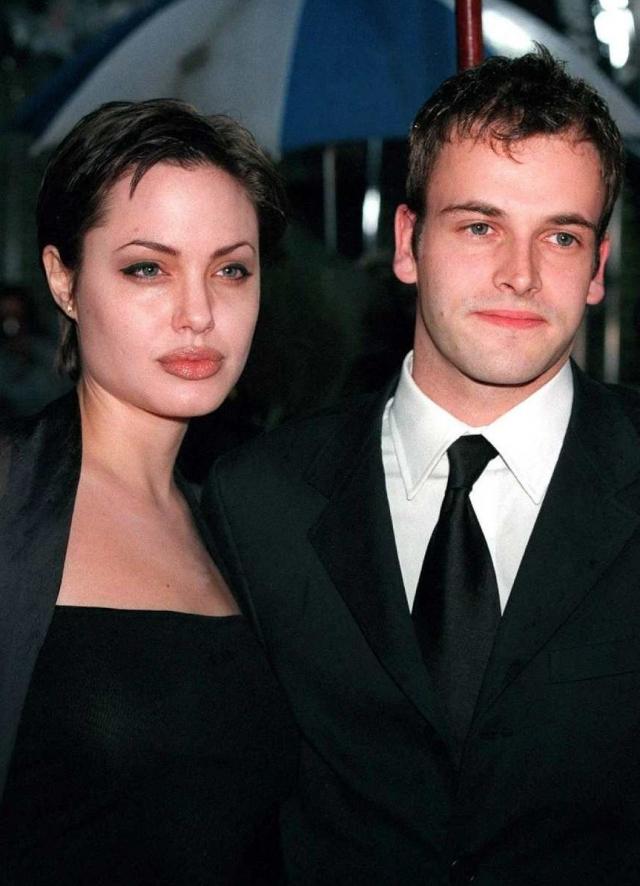 Анджелина Джоли. Анджелине шел 21 год, когда она вышла замуж за Джонни Ли Миллера в 1996 году. Последующие три года супруги были вместе, после чего расстались.