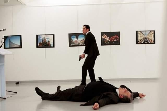 По одним данным, Карлов был убит на месте наповал и остался лежать неподвижно (в дипломата попало 9 пуль), по другим - с тяжелым огнестрельным ранением был доставлен в больницу, где скончался.