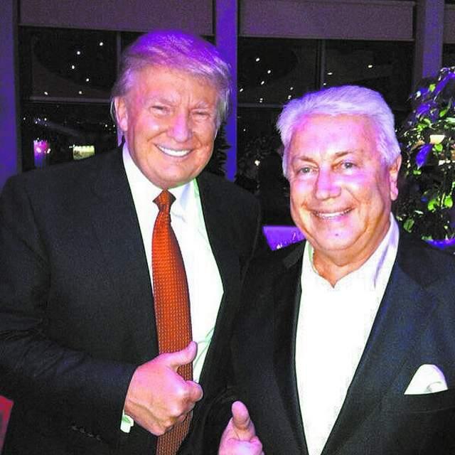 """Владимир Винокур и Дональд Трамп. Однажды юморист сидел вместе с будущим президентом в жюри одного модного конкурса и все время травил ему анекдоты. Что понравилось российскому артисту - так это то, что Дональд всегда смеялся. """"У него отличное чувство юмора"""", - заключил Винокур."""