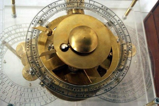 Считается, что это самый древний компьютер. Элементы механизма позволяли вычислять местоположение определенных звезд и планет на небе, что помогало в морской навигации.