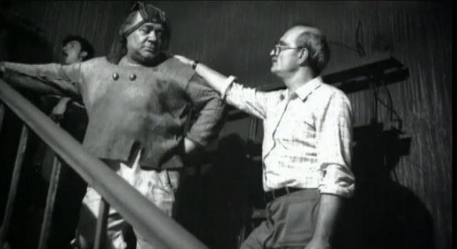 """В 80-е годы кинокарьера Леонова заметно пошла на спад, скорее всего, сказались усталость и ухудшение здоровья. Но все-таки в 1986 году он сыграл в комедии """"Кин-дза-дза""""."""