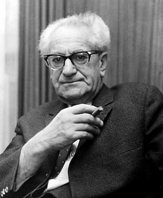 19 сентября 1957 года генеральный прокурор земли Гессен (ФРГ) Фриц Бауэр предоставил главе израильской делегации на переговорах о репарациях в ФРГ доктору Шнееру информацию о возможном местонахождении Эйхмана в Аргентине.