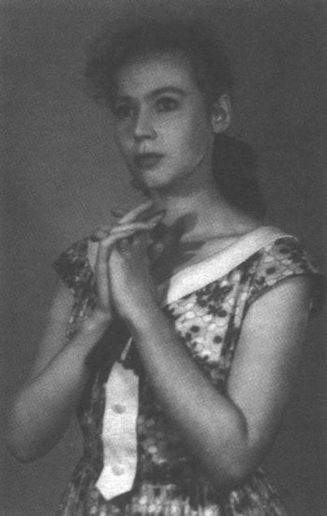 После окончания студии Изу Высоцкую пригласили на работу в Киевский театр имени Леси Украинки, а Владимир еще продолжал учиться. Два года им приходилось жить отдельно.