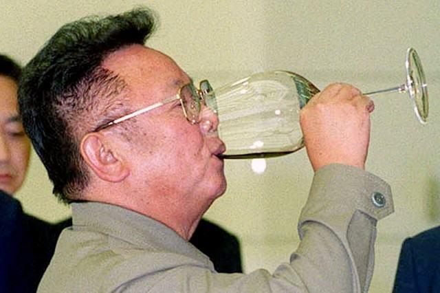 """Также корейский правитель был гурманом. Для того, чтобы всегда получать только ту еду, которая ему нравится, он запер самого лучшего повара. Чудом вырвавшись из заточения, повар под псевдонимом Кенхи Фухтимото в Японии издал книгу """"Я был поваром Ким Чен Ира"""", в которой рассказал о кулинарных пристрастиях своего бывшего шефа."""