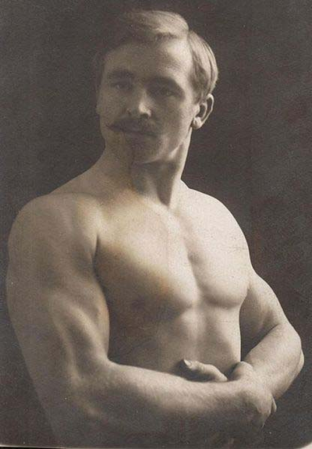 Моделью для скульптуры (как и для многих других скульптур Родена) послужил француз по имени Жан Бо , мускулистый боксер, в основном выступавший в Париже, в квартале красных фонарей.
