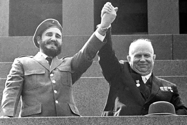 1964 год, тот самый момент, когда кубинский лидер Фидель Кастро и Председатель Совета Министров СССР Никита Хрущев выступили на трибуне Мавзолея В.И. Ленина.