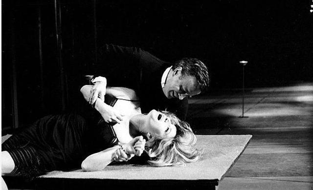 Однако поклонники не были готовы к такому образу своей любимицы. На парижской премьере спектакля Миллера освистали.