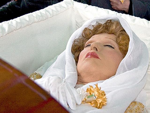 """14 февраля 2011 года актриса поскользнулась у своего дома и сломала бедро. Была госпитализирована. Через месяц после операции - 30 марта - состояние актрисы ухудшилось. Прибывшая бригада """"скорой помощи"""" не смогла ее реанимировать, и в 19:28 была зафиксирована смерть."""