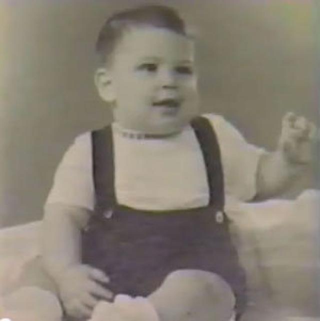 """Мальчик был усыновлен Полом и Кларой Джобсами, которых потом Стив всегда считал отцом и матерью и очень раздражался, если кто-то называл их приемными родителями: """"Они - мои настоящие родители на 100 %""""."""