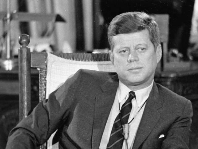 Внезапно возник мерцающий образ Белого дома, над крышей которого начали проступать цифры 1-9-6-0, вскоре затемненные опустившейся на купол черной тучей.Перед главным входом стоял молодой Джон Кеннеди.