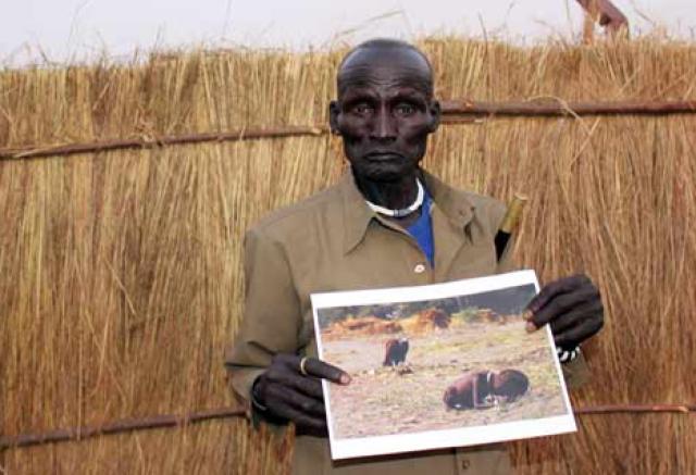 Другие фотографы, оказалось, в той же местности делали подобные кадры, и на самом деле до стервятника более 20 метров, хотя на фото кажется, что он вот-вот начнет клевать ребенка. Спустя много лет выяснилось, что девочка на фото - это мальчик по имени Ньонг Конг, и умер он лишь в 2008 году, как передали его близкие.