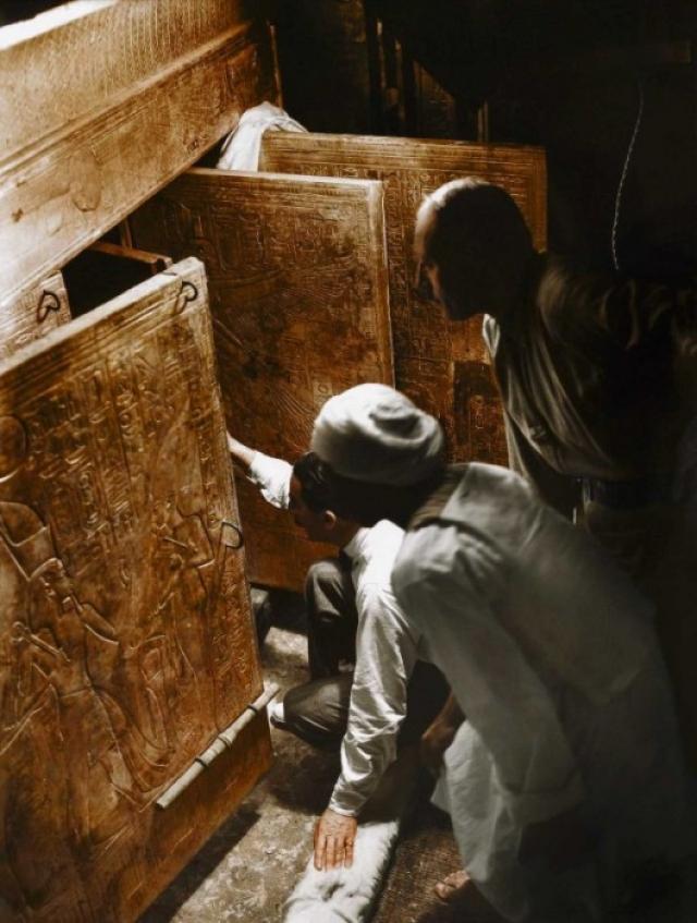 Одной из самых популярных идей поклонников теории «проклятие гробницы Тутанхамона» (среди них был и Артур Конан Дойл) были гипотезы о вредном грибке, радиоактивных элементах или положенных в гробницу ядов. Сама картина смертей выглядит следующим образом. На фото:Говард Картер, Артур Каллендер и египетский рабочий открывают двери, чтобы впервые взглянуть на саркофаг Тутанхамона.