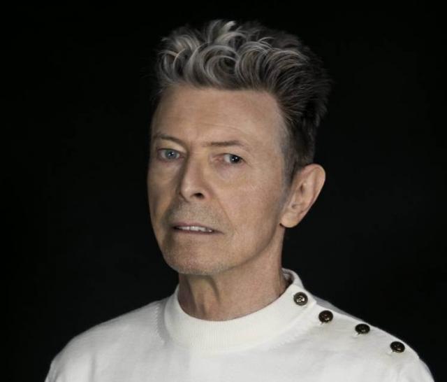 """Дэвид Бойи (69 лет). Утром 11 января 2016 года представители музыканта сообщили на его официальной страничке в сети Facebook, что его не стало: """"10 января 2016 года Дэвид Боуи скончался в окружении своей семьи после 18 месяцев борьбы с раком"""". Новость повергла общественность в шок."""
