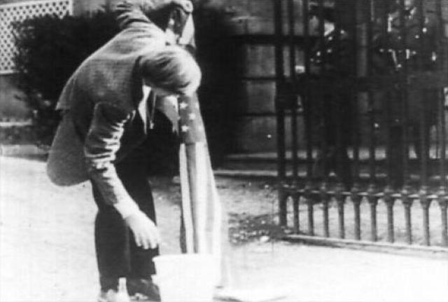 Одной из самых экстравагантных выходок Дина считают его выступление 1 сентября 1970 года у здания посольства США в столице Чили. Дин принес с собой ведро и порошок, а потом выстирал флаг США, объясняя поступок тем, что смывает с флага кровь тысяч вьетнамцев. Полицейские вырвали из рук Дина флаг, а самого арестовали.