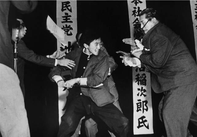 """Фотограф газеты """"Майнити"""" Ясуси Нагао, успевший сфотографировать момент нападения, благодаря этому фото стал первым иностранным фотографом, получившим Пулитцеровскую премию за """"новостной фоторепортаж""""."""