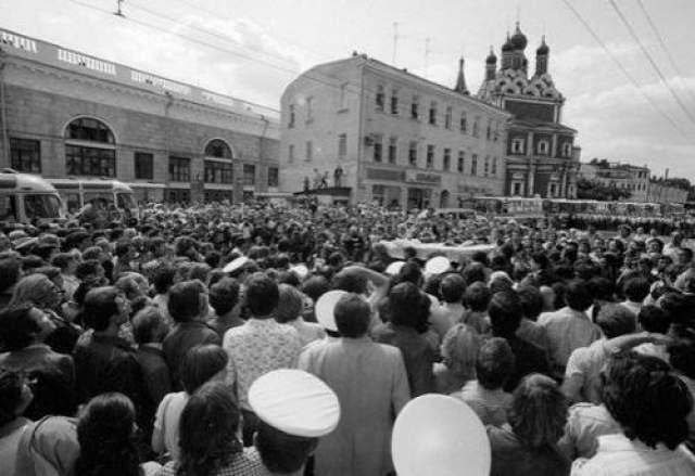 Советские власти всячески пытались скрыть информацию о трагедии, желая тем самым не омрачать олимпийские празднества на столичных улицах. Несмотря на многочисленные старания властей, в день похорон артиста площадь перед Театром на Таганке была переполнена народом, люди вставали даже на крыши, чтобы проститься со своим кумиром.