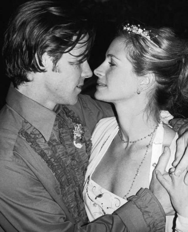 Бурная личная жизнь кинодивы закончилась в 2002 году - Джулия Робертс вышла замуж за самого обычного оператора Даниэла Модера.