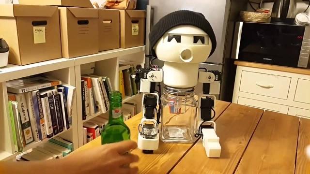 21. Робот-собутыльник имитирует движения человека, соглашается выпить, чокается и выливает содержимое рюмки в рот. Послу выпивки у Дринки на щеках загорается электронный румянец.
