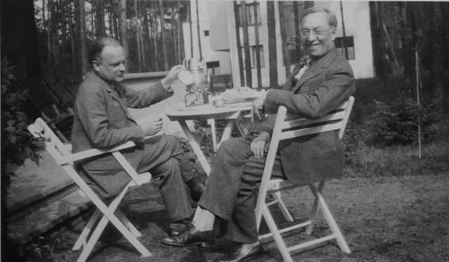 Достаточно быстро Кандинский стал признанным лидером абстрактного искусства. Из Германии, в 1939 году он бежал от нацистов в Париж, где получил французское гражданство.